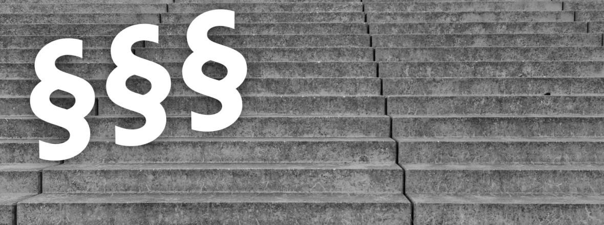 Treppe mit Paragraphenzeichen
